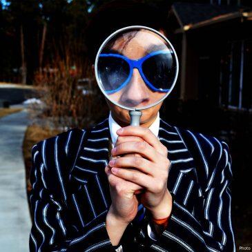 Persona con lente di ingrandimento davanti alla faccia