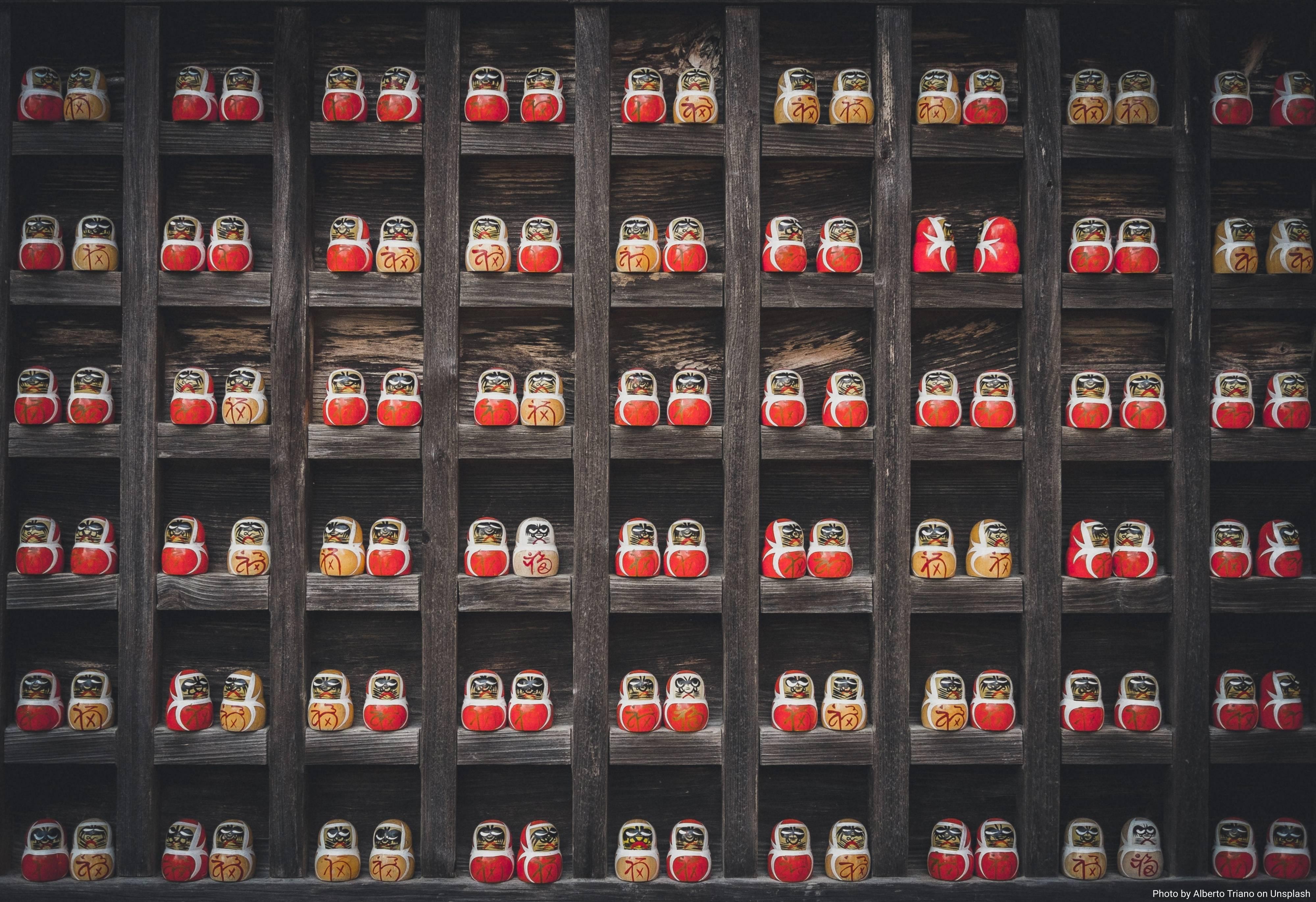 Scaffale con bambole di legno rosse
