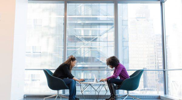 Donne sedute con portatili
