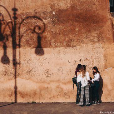 Tre ragazze in strada