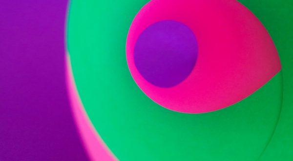 Spirale verde e fucsia su sfondo viola
