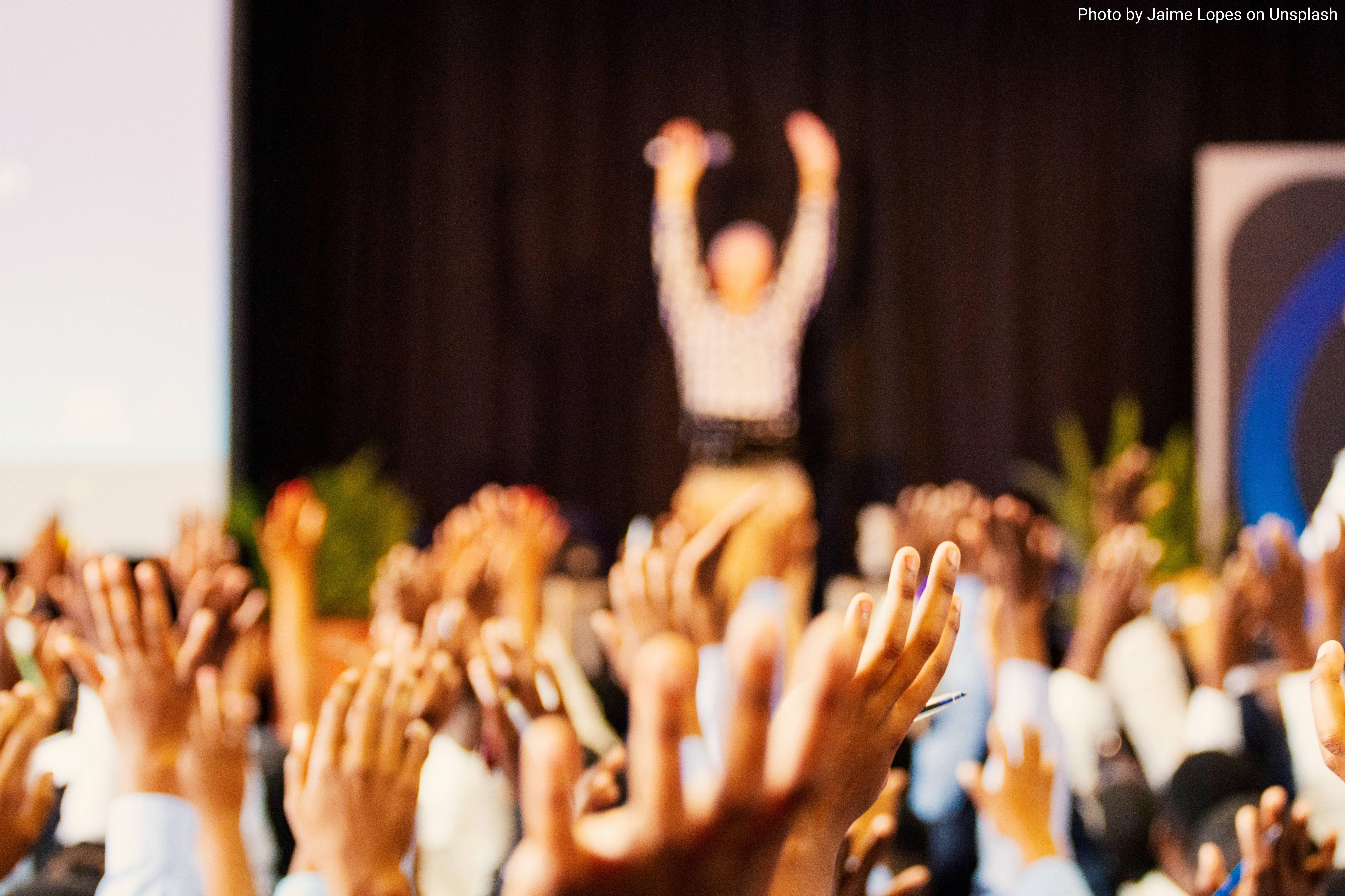 Mani sollevate a un evento pubblico