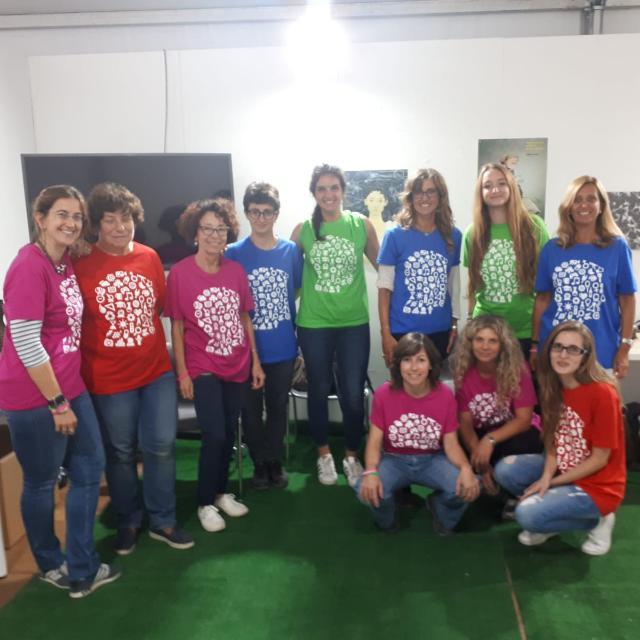 Foto delle scienziate e di alcune visitatrici all'evento MeetMeTonight